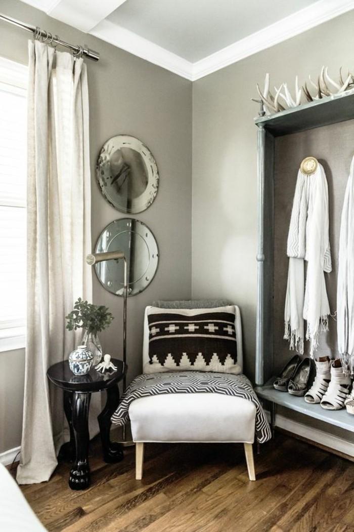 meuble-africain-ornements-ethniques-table-noir-rideaux-blancs