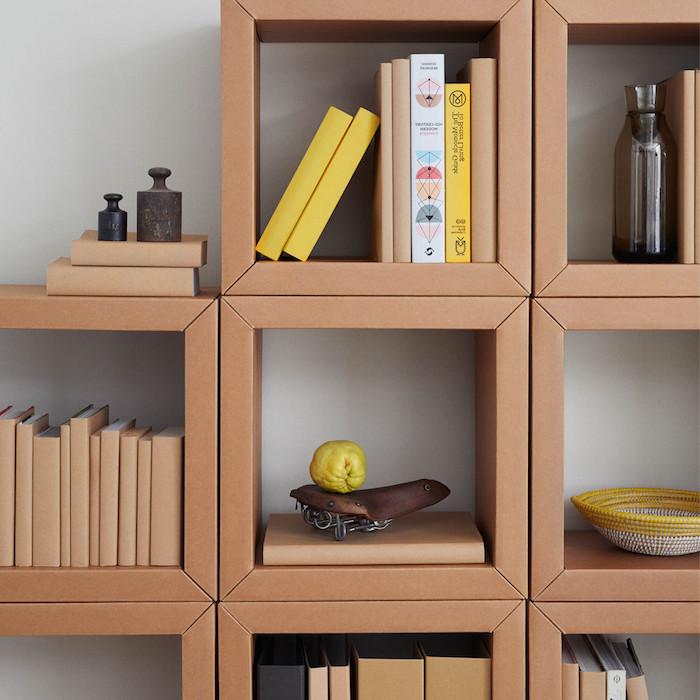 meubles en carton a faire soi meme étagère en carton facile à faire avec des rayons en carton en hauteurs variées meuble de rangement en carton