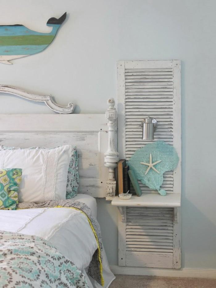 meubles-shabby-chic-etoile-de-mer-lit-en-bois-couverture-de-lit-en-blanc-et-bleu