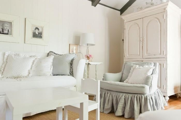 meubles-shabby-chic-canape-cadres-photos-lampe-blanche-mini-chaise-et-table-en-bois