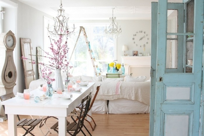 meubles-shabby-chic-horloge-lustres-chaises-en-bois-fleurs-bougeoirs
