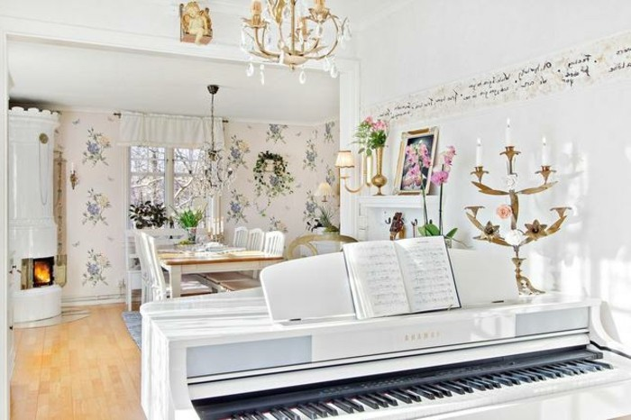 meubles-shabby-chic-piano-cheminee-cahier-de-musique-bougeoirs-dores