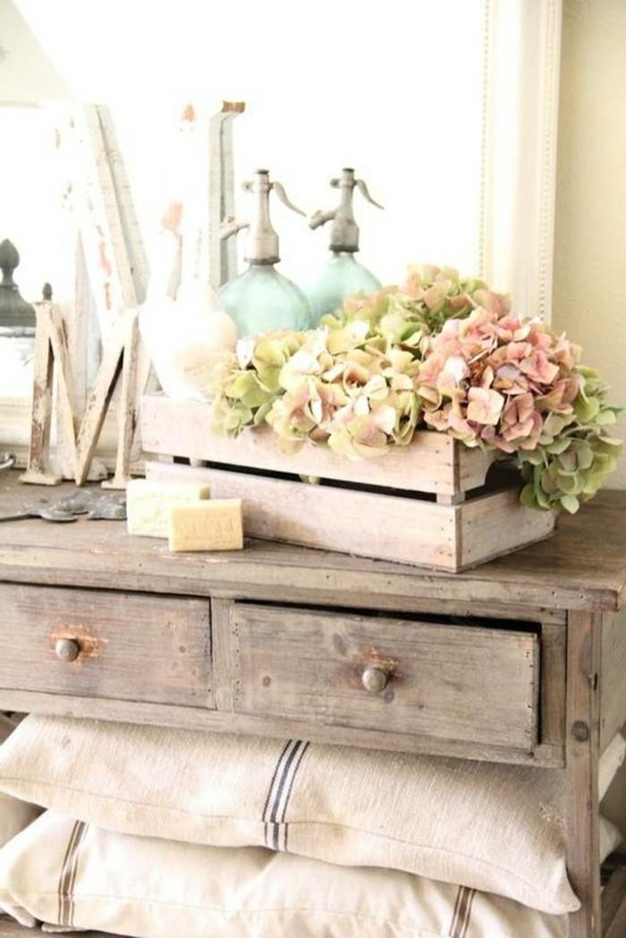 meubles-shabby-chic-tiroirs-oreillers-fleurs-artificielles-miroir
