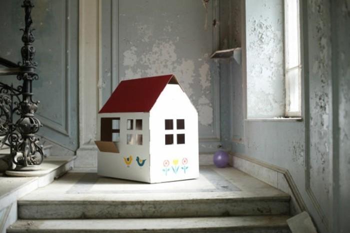 mini-cabane-carton-maison-blanche-toiture-rouge-fleurs-et-oiseaux-comme-decoration