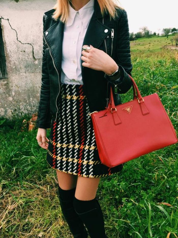 mode-chaussette-hautes-noires-jupe-en-laine-veste-en-cuir