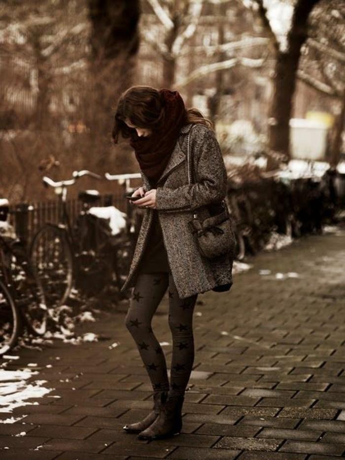 mode-de-la-rue-joli-collant-imprime-manteau-boyfriend-gris