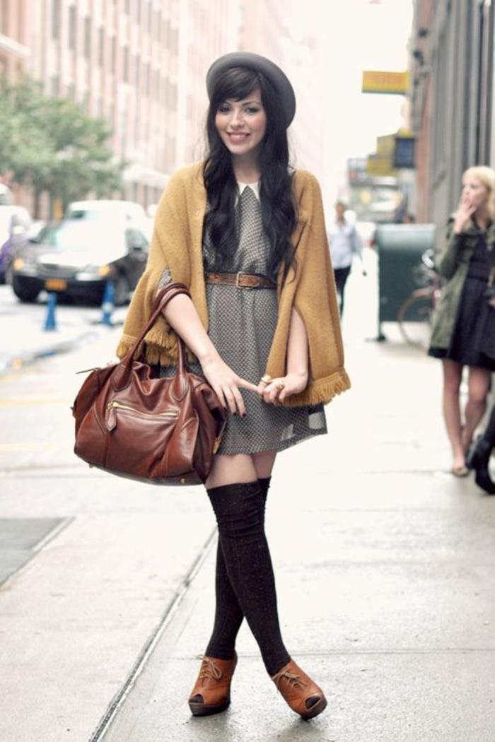 mode-de-rue-jolie-tenue-cape-jaune-moutarde-mode-chaussette-montante-noire