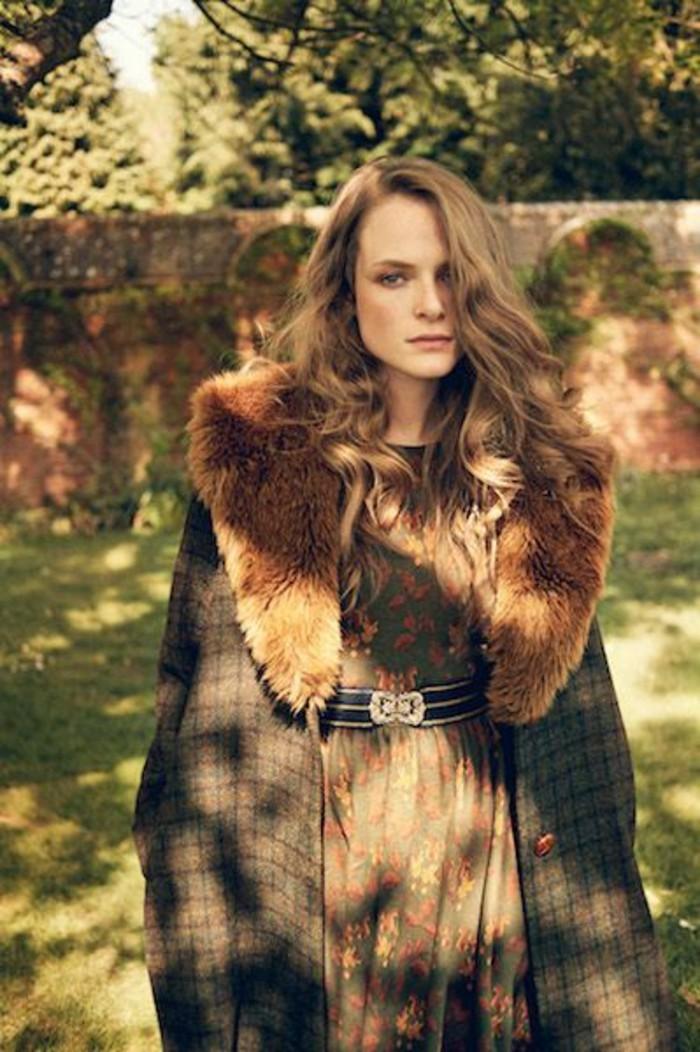 mode-vintage-manteau-tweed-avec-fourrure-jolie-robe-imprimee