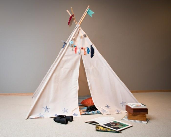 modele-de-tente-indienne-diy-une-guirlande-de-plumes-au-dessus-de-la-porte-livres-coin-intime