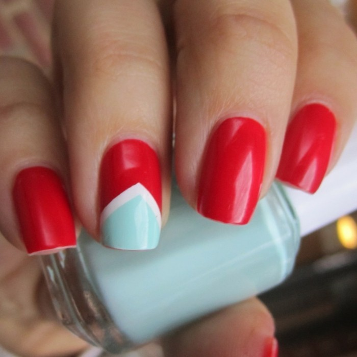 modele-ongle-facile-a-dessiner-motifs-triangulaires-bleu-blanc-et-rouge