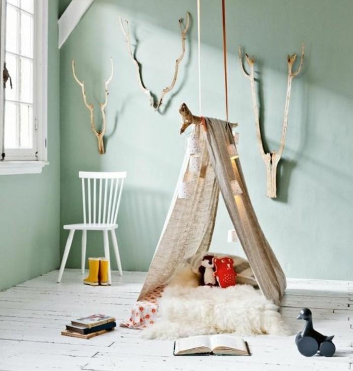 modele-simple-de-tipi-interieur-une-branche-de-bois-flotte-et-toile-de-bache-et-matelas-tapis-jouets-livres-couelur-peinture-chambre-enfant-vert
