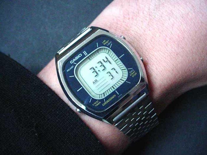 montre-casio-vintage-digitale-retro-homme-bracelet-metal-argent