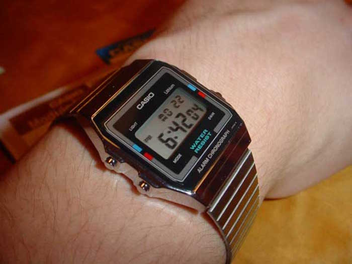 montre-casio-vintage-homme-bracelet-metal-argent-retro-digitale