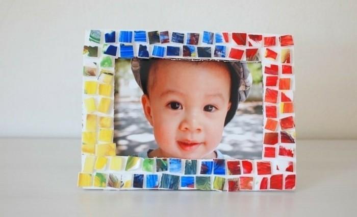 mosaique-multicolore-pour-decorer-un-encadrement-idee-cadre-photo-enfant