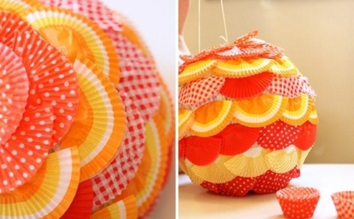 moules-a-cupcakes-de-couleurs-diverses-qui-decorent-une-pinata-ronde-idee-comment-faire-une-pinata