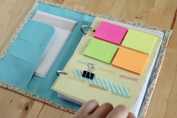 munir-son-agenda-de-notes-adhesives-de-couleurs-diveres-et-de-bouts-de-feuille-ordinaires-modele-d-agenda-personnalise