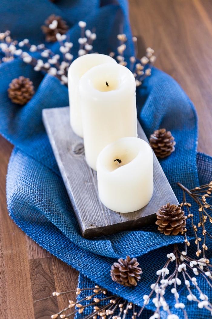 idée decoration pomme de pin pour table de noel, comment dresser une table de Noël stylée avec bougies et pommes de pin