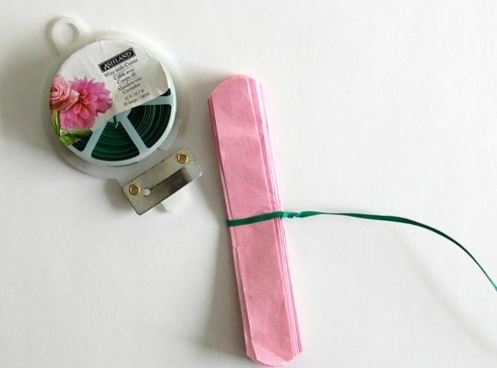 nouez-une-ficelle-verte-autour-du-centre-du-papier-pour-fabriquer-votre-fleur-en-papier-de-soie