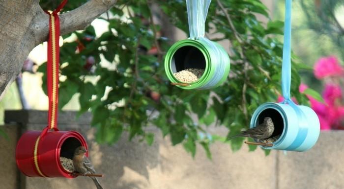 nourriture-oiseaux-recipients-metaliques-bleu-rouge-vert-ruban