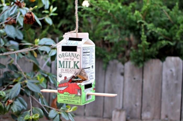 nourriture-oiseaux-utiliser-une-boite-de-lait-pour-en-faire-mangeoire
