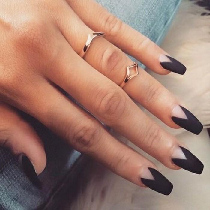 ongles-longs-motifs-triangulaires-manucure-en-noir-transparent-mat