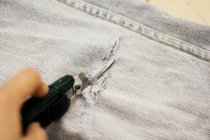 pantalon-dechire-couper-legerement-avec-un-couteau-a-tout-usage