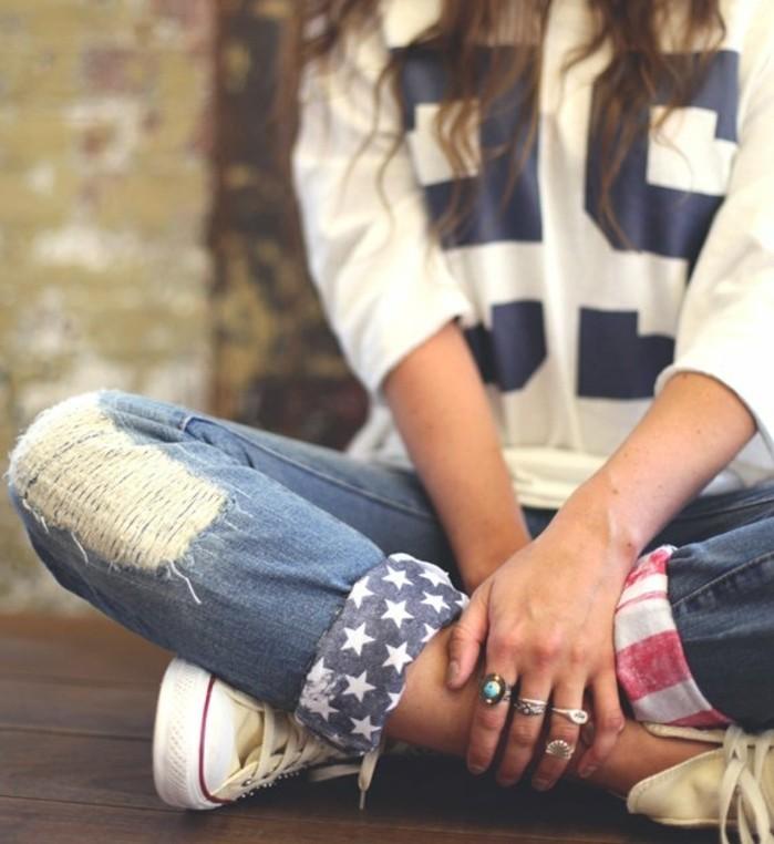 pantalon-dechire-inspiration-americaine-etoiles-blouse-blanche-chiffres-en-bleu-bijoux