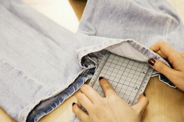 pantalon-dechire-utiliser-un-carton-ou-regle-pour-avoir-un-support-fort