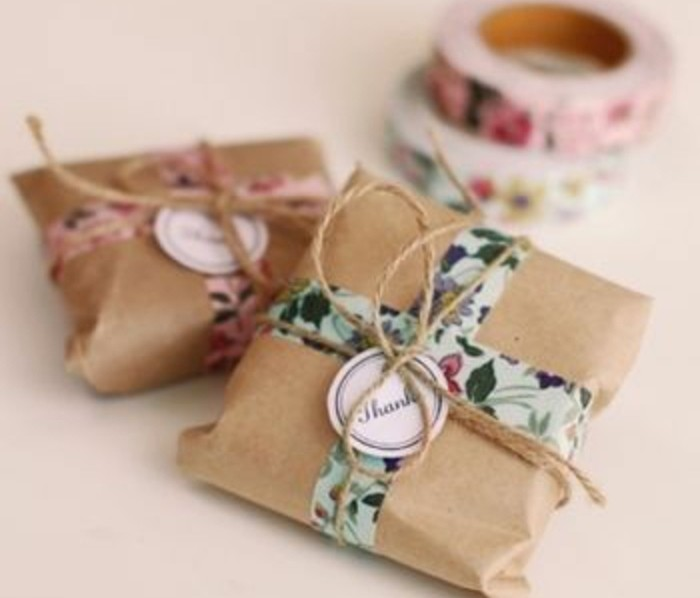 paquets-de-cadeau-de-papier-kraft-decores-de-scotch-decoratif-idees-a-realiser-soi-meme