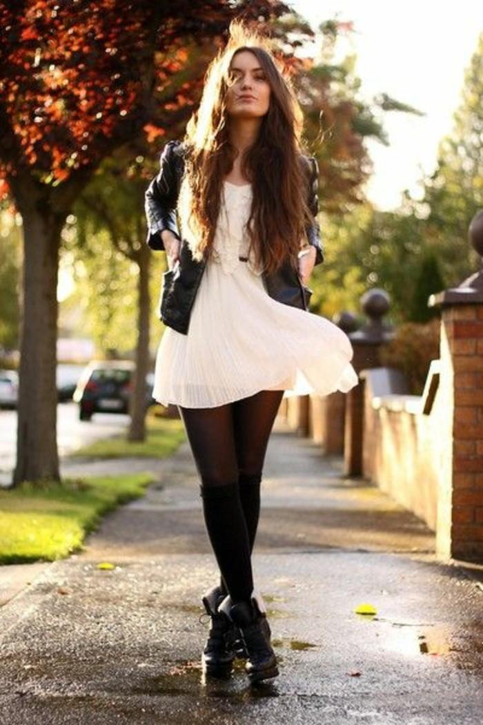 petite-robe-blanche-veste-en-cuir-chaussettes-hautes-noires-et-bottes