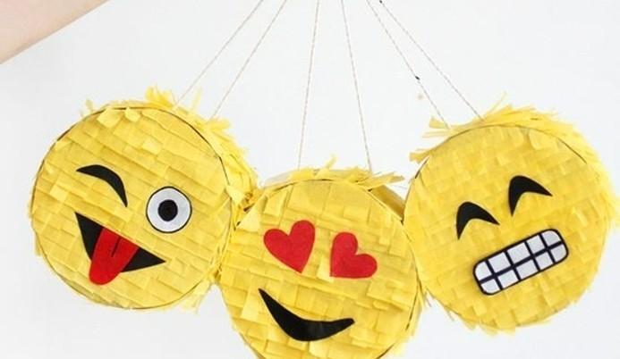 petites-boites-decorees-de-papier-jaune-a-franges-idee-comment-faire-une-pinata-originale-soi-meme