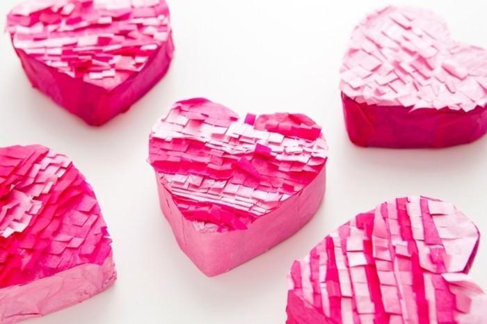 petites-boites-en-forme-de-coeurs-de-saint-valentin-pleines-de-friandises-idee-comment-fabriquer-une-pinata-pour-sa-bien-aime