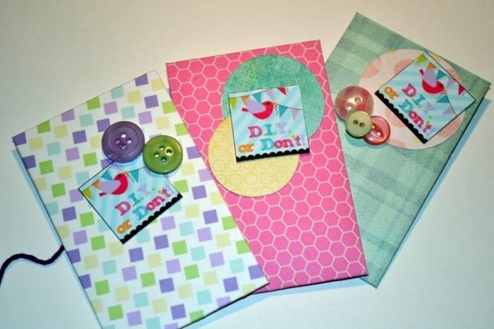petites-enveloppes-multicolores-a-faire-soi-meme-origami-enveloppe-decoration-de-boutons