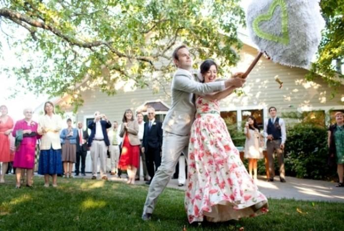 pinata-de-fiancailles-pour-que-le-jeune-couple-s-amuse-bien-surant-ce-jour-important-idee-comment-fabriquer-une-pinata
