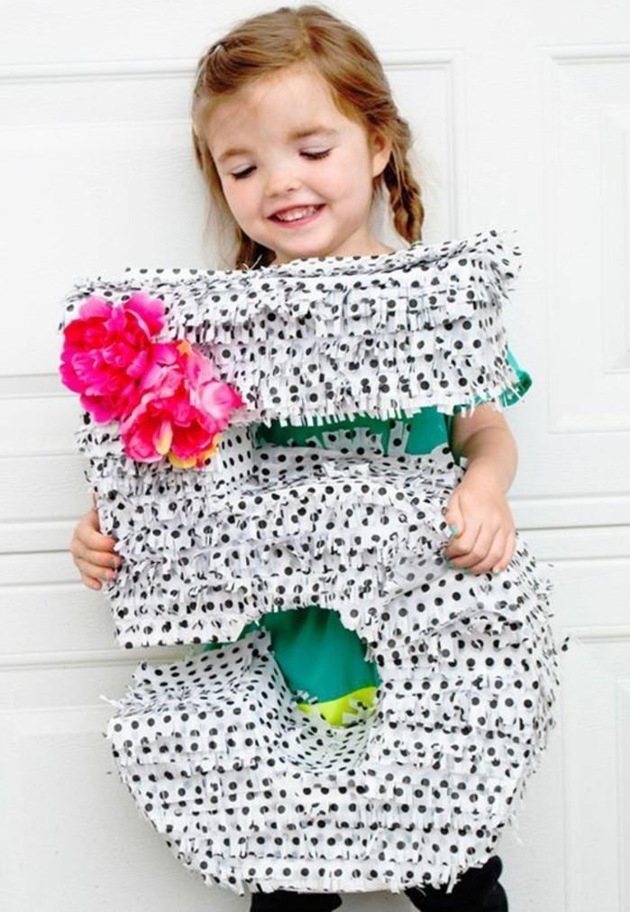 pinata-en-forme-d-un-chiffre-idee-de-pinata-anniversaire-a-faire-de-ses-propres-mains-decoration-papier-a-franges-et-fleurs