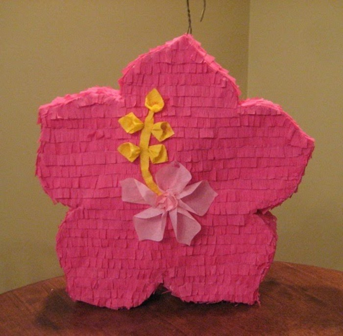 pinata-en-forme-de-fleur-rose-pour-une-decoration-douce-florale-idee-comemnt-faire-une-pinata