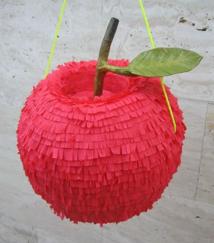 pinata-en-forme-de-pomme-rouge-decoration-de-papier-crepon-a-franges-comment-fabriquer-une-pinata