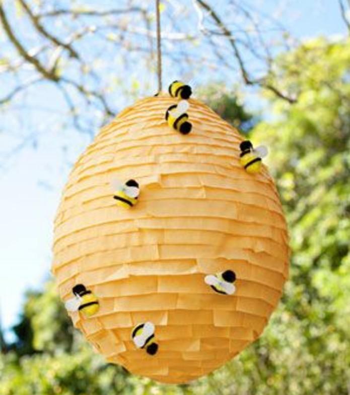 pinata-fabriquer-a-l-aide-de-papier-crepon-orange-a-franges-abeilles-decoratives-idee-pour-faire-une-pinata-originale