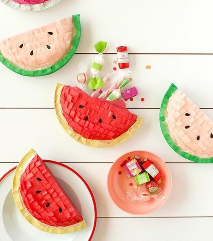 pinata-morceaux-de-pasteque-idee-comment-faire-une-pinata-originale-remplie-de-bonbons-et-confettis