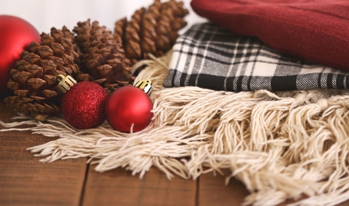 décoration cocooning pour Noël avec plaids et pommes de pin, exemple comment décorer une chambre ado pour Noël