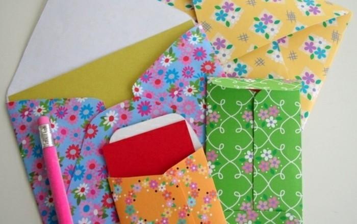 pliage-enveloppe-classique-enveloppe-rectangulaire-a-motifs-floraux-flashy