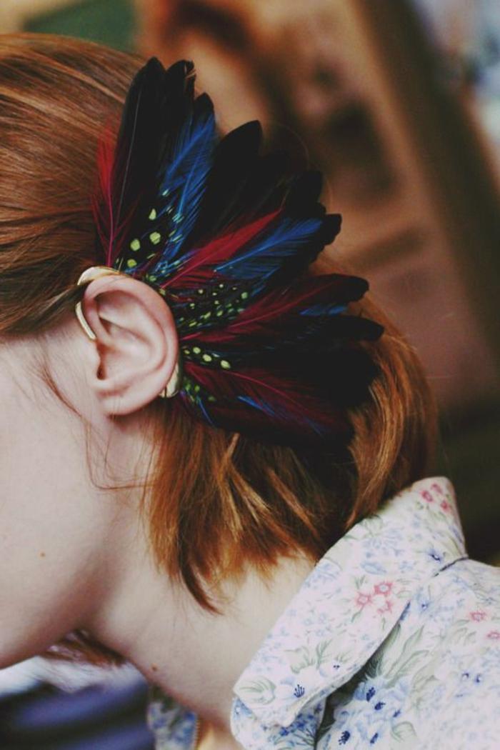 plume-dans-les-cheveux-chemise-en-couleurs-variees