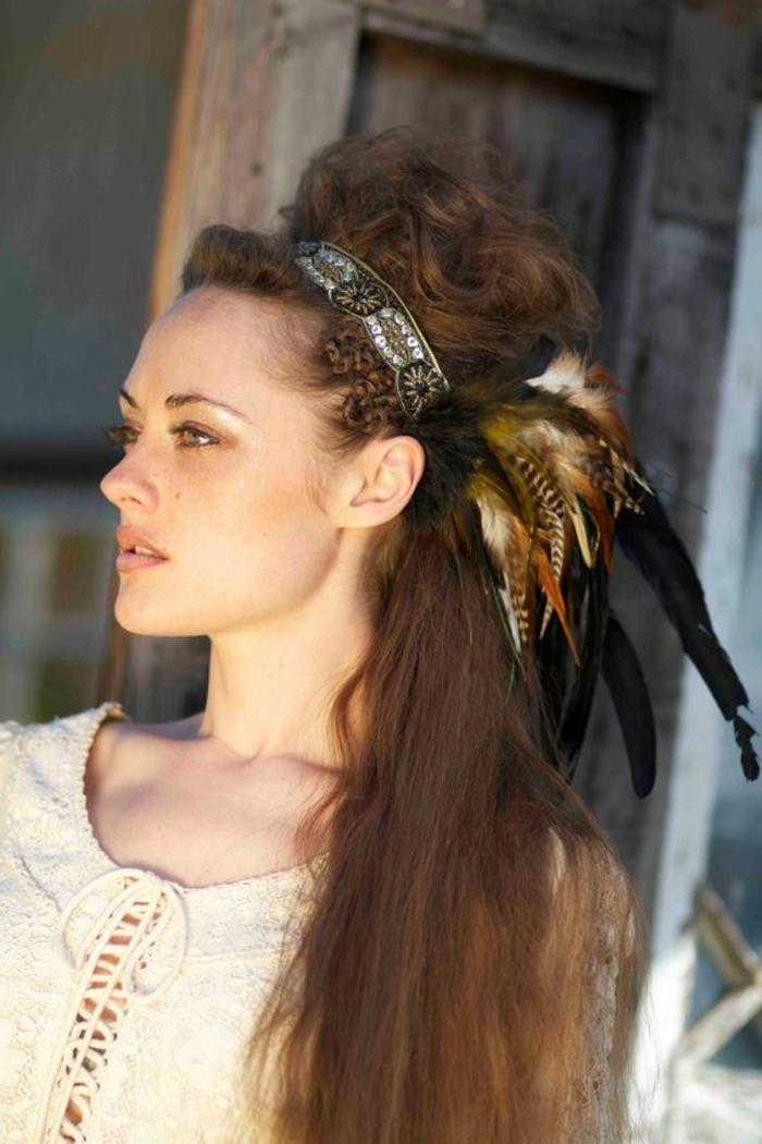 la plume dans les cheveux un accessoire pour les femmes sauvages. Black Bedroom Furniture Sets. Home Design Ideas