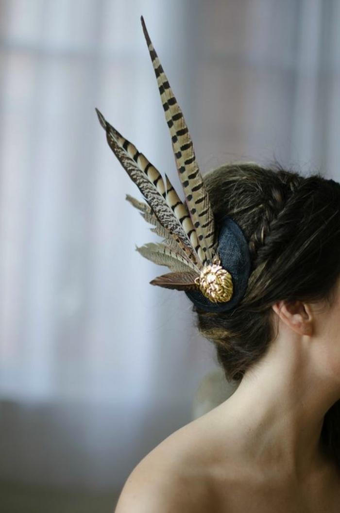 plume-dans-les-cheveux-coiffure-elegante-tresse