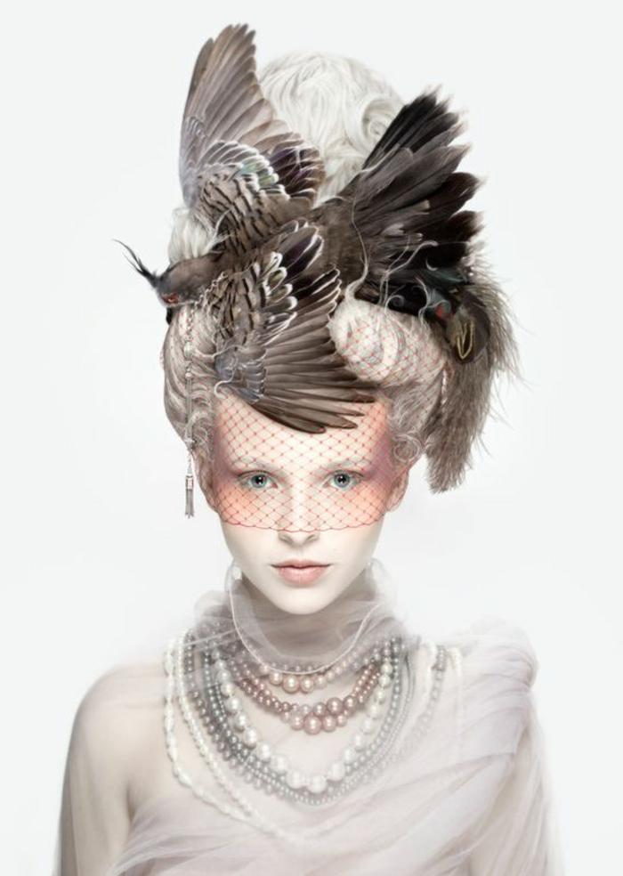 plume-dans-les-cheveux-collier-de-perles-voile-de-visage