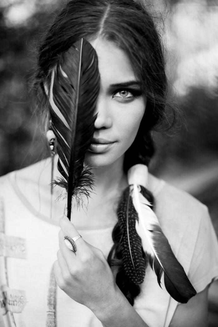 plume-dans-les-cheveux-photo-en-blanc-et-noir