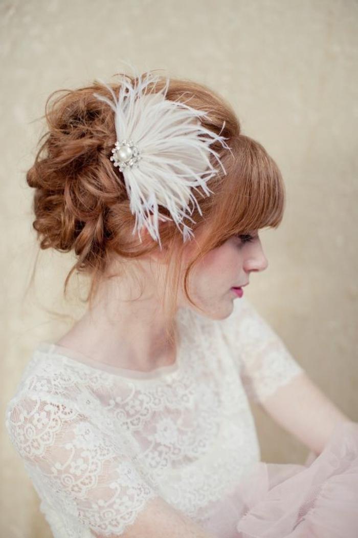 plume-dans-les-cheveux-robe-et-coiffure-de-mariee