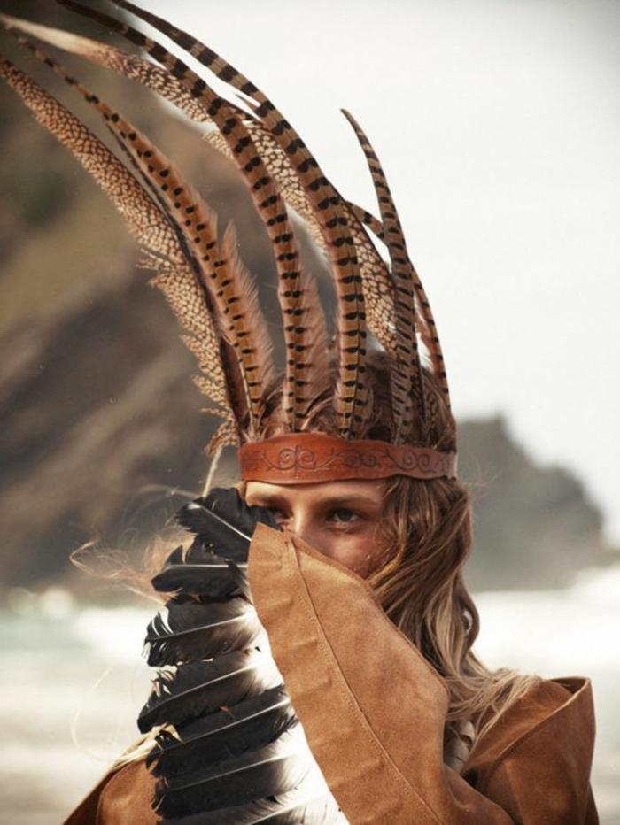 plume-dans-les-cheveux-veste-en-cuir-marron