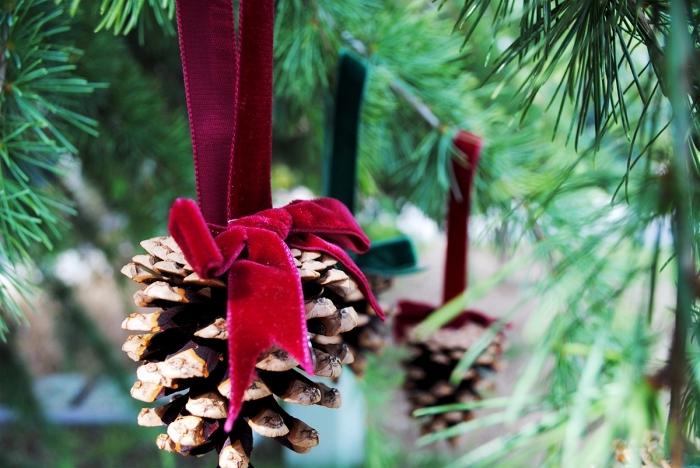 exemple d'ornement de Noël à réaliser soi-même, idée bricolage pomme de pin, modèle ornement en pomme de pin