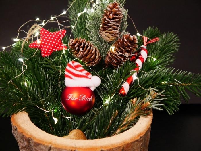 comment faire une jolie déco de Noël facile avec branches de sapin et pommes de pin, idée decoration pomme de pin